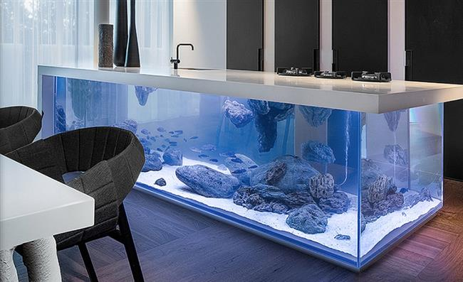 Уникальный кухонный стол с аквариумом в интерьере кухни.