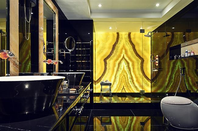 Стильная ванная в черных, желтых и золотых цветах.