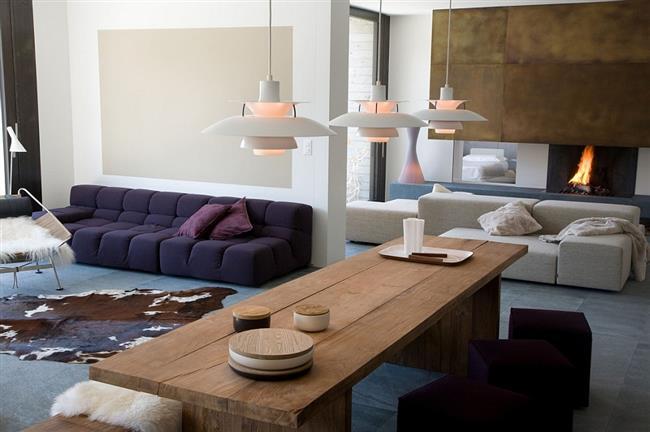 Гостиная с открытой планировкой, плавно переходящая в столовую.