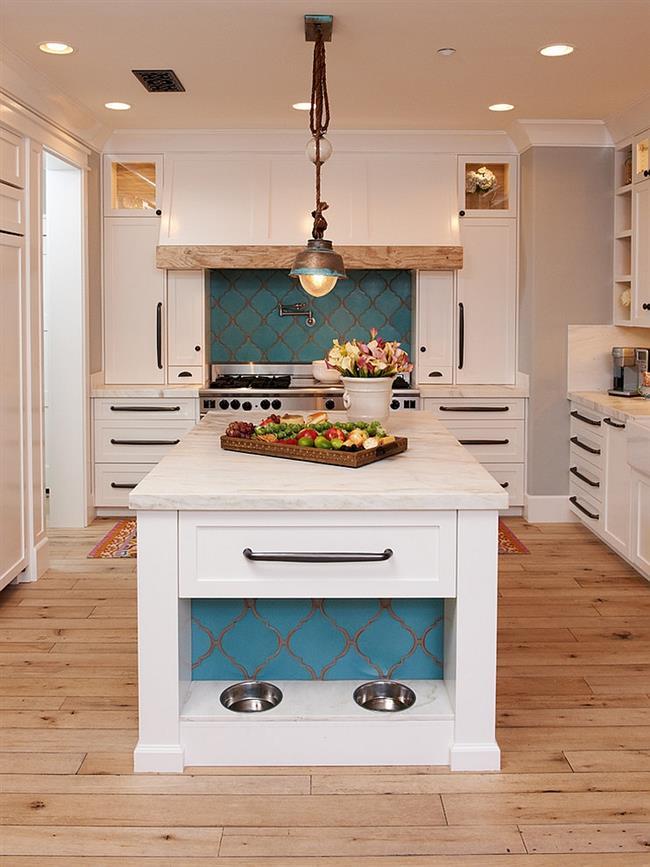 Отличное сочетание современного и средиземноморского стилей в интерьере кухни.
