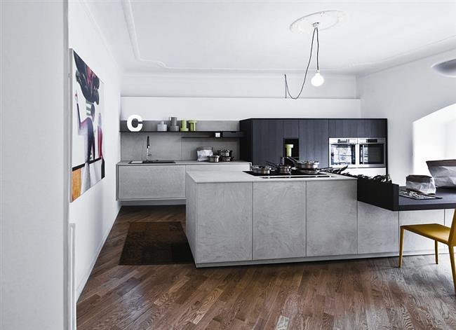 Небольшая кухня в форме буквы П в городской квартире.