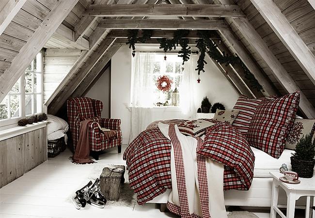 Праздничная спальня на чердаке загородного дома.
