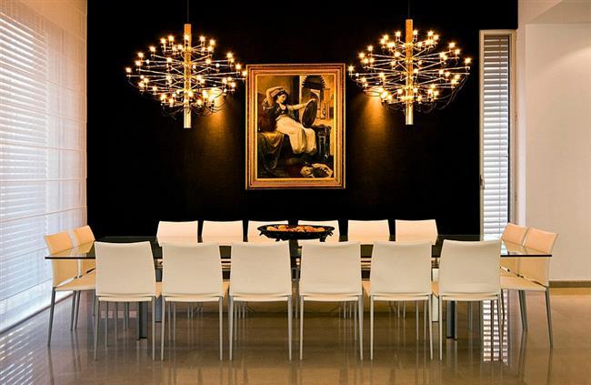 Элегантная столовая в черных и золотых тонах.