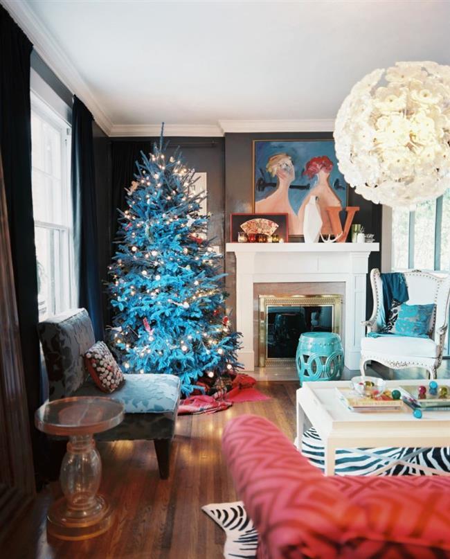 Голубая пушистая елка в эклектической гостиной.