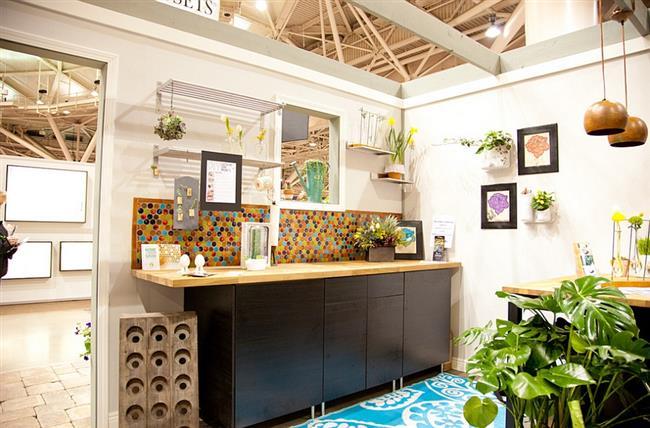 Яркая мозаика в интерьере кухонной зоны.