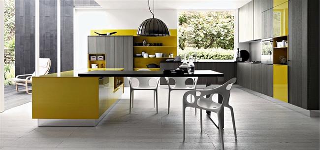 Стильная кухонная мебель с яркими тонами и оттенками желтого цвета.