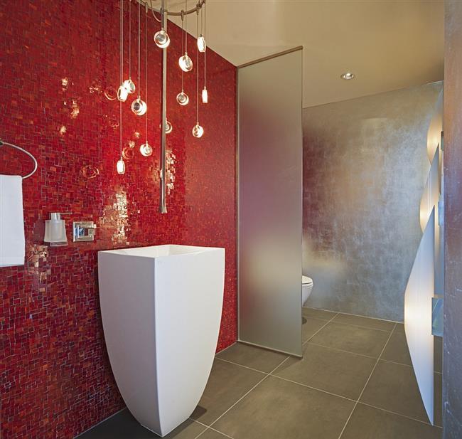 Серые и красные цвета в интерьере современной ванной.