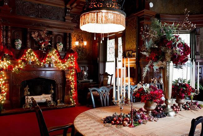 Роскошная столовая, украшенная гирляндами и свечами.