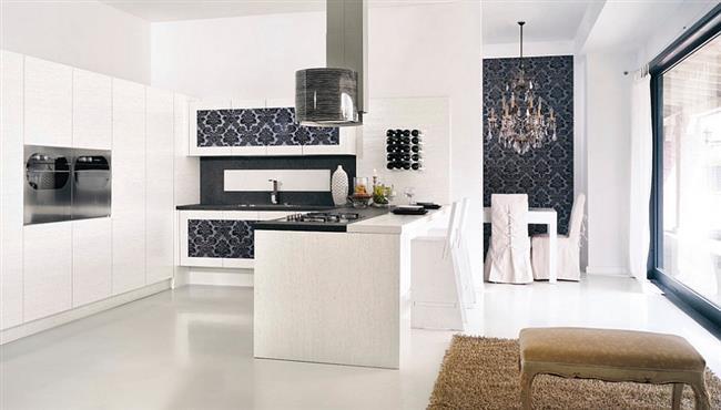 Темно-синие обои в кухне с открытой планировкой.