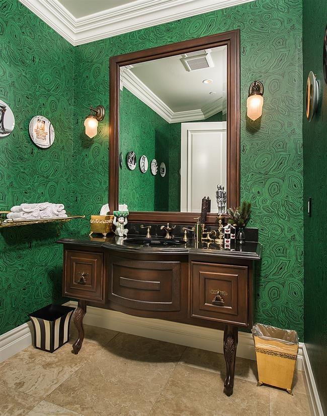 Небольшая ванная комната с малахитовыми обоями.