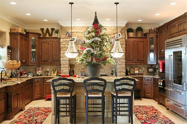 Пушистая живая елка в интерьере новогодней кухни.