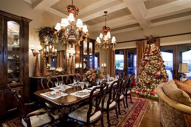 Стильная столовая с огромной праздничной елкой.