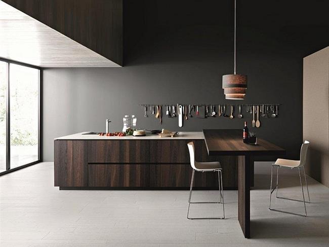 Итальянская кухня с рабочим и обеденным столами из натурального дерева.