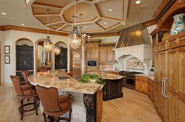 Подвесной потолок необычной кухни в средиземноморском стиле.