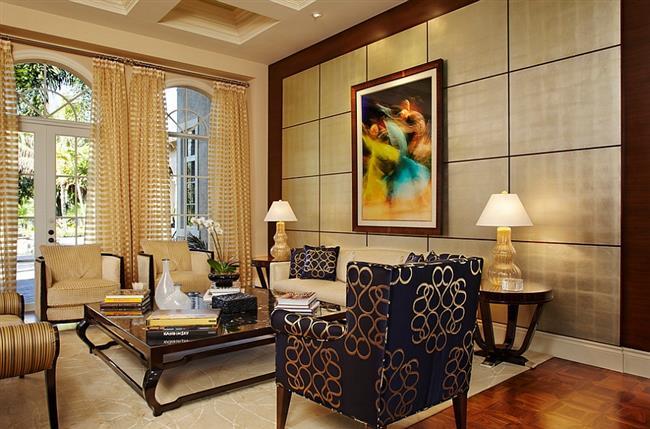 Стильная гостиная с черно-золотыми креслами и подушками.