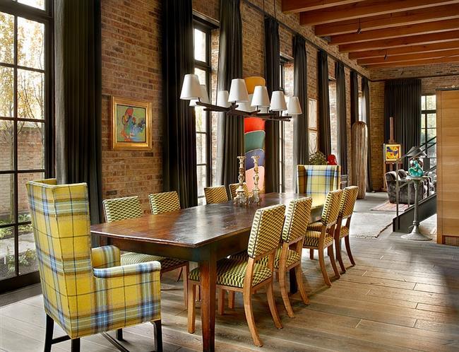 Столовая в индустриальном стиле с желтыми  стульями.