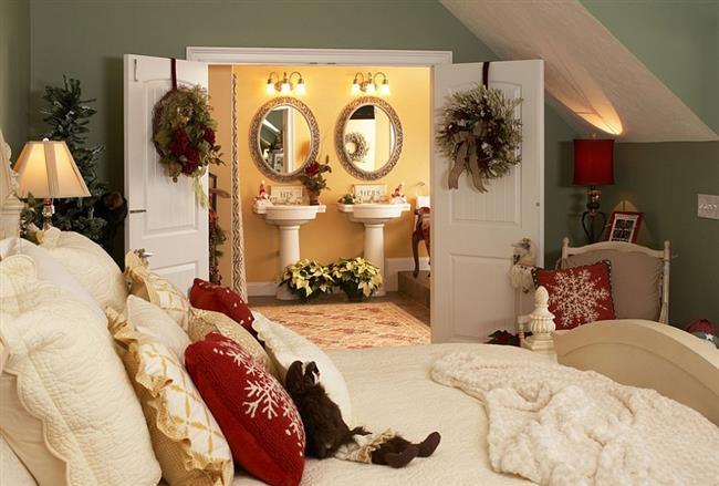 Праздничная спальня с новогодними украшениями.