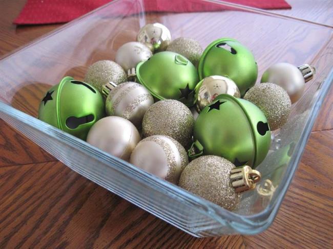 Новогодние шарики в украшении обеденного стола.
