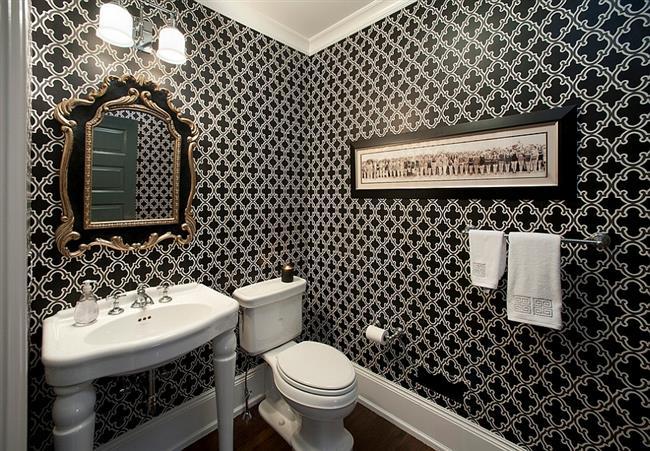 Необычная ванная комната с черно-белыми узорчатыми обоями.
