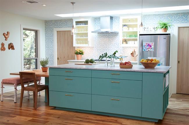 Комфортная кухонная зона с бело-голубыми узорчатыми обоями.