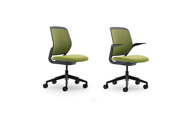 Удобные и функциональные офисные стулья зеленого цвета.