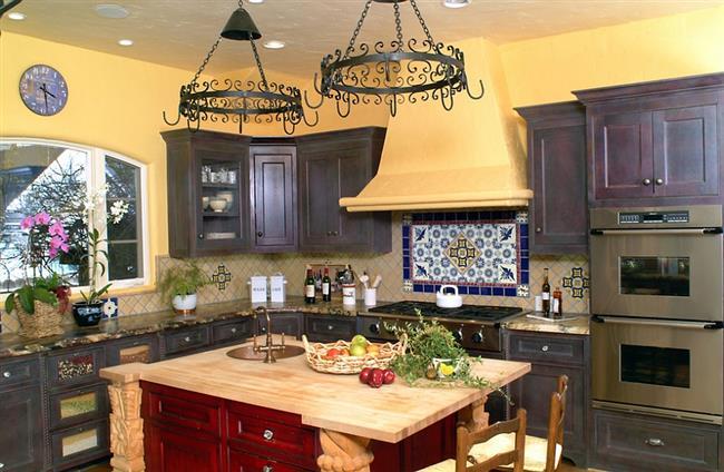 Стильная, яркая кухня в средиземноморском стиле.