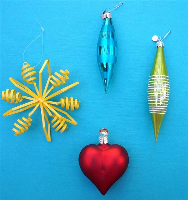 Елочные игрушки для украшения стен дома.