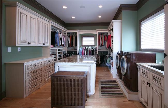 Небольшая прачечная в гардеробной комнате дома.