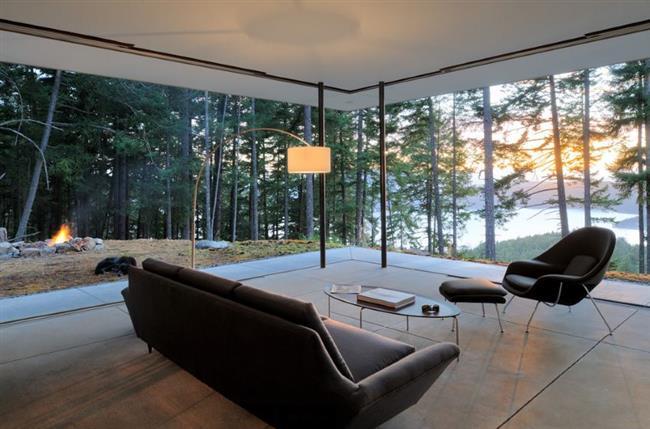Стильная гостиная с потрясающими видами из окна.
