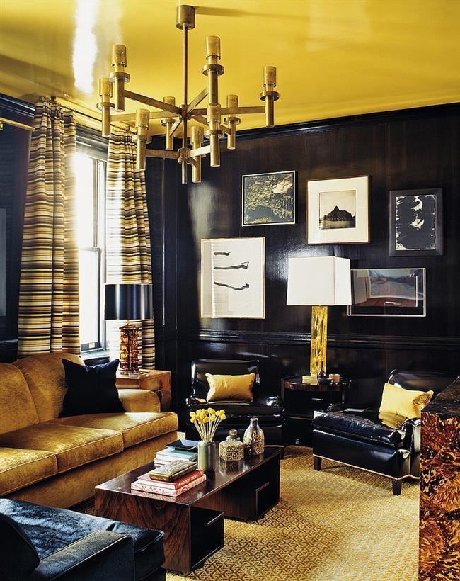 Оригинальная гостиная с черными и золотыми аксессуарами.