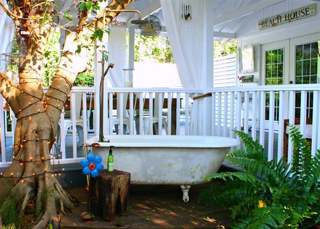 Классическая ванная в ретро-стиле возле веранды дома.