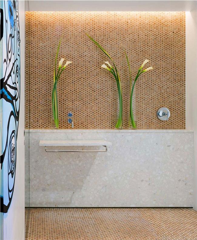 Ванная комната, стены и пол которой выложены пробковой мозаикой.