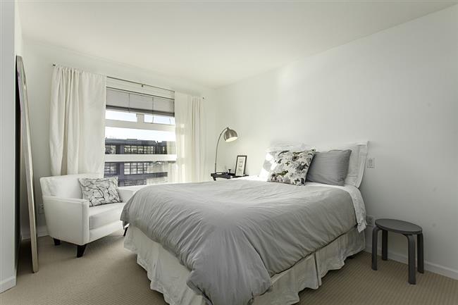 Роскошная просторная спальня пентхауса.