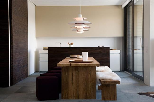 Кухонная и обеденная зоны роскошного швейцарского дома.