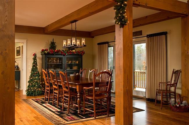 Уютная столовая с праздничной елью.