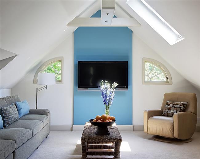 Небольшая гостиная в нейтральных тонах с оттенками синего цвета.