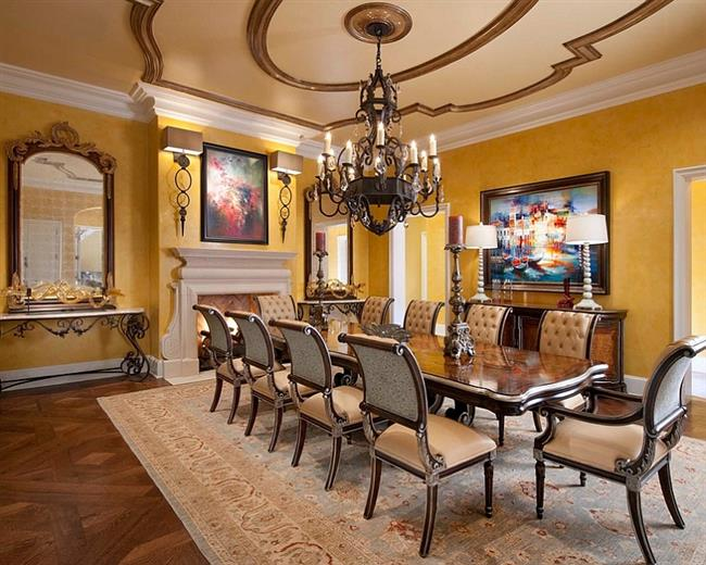 Стильная столовая в ретро-стиле с желтыми обоями.