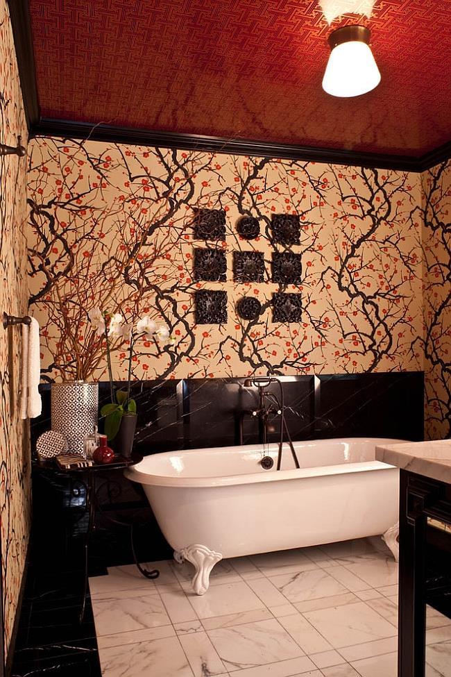 Стильная, необычная ванная комната с красным потолком.