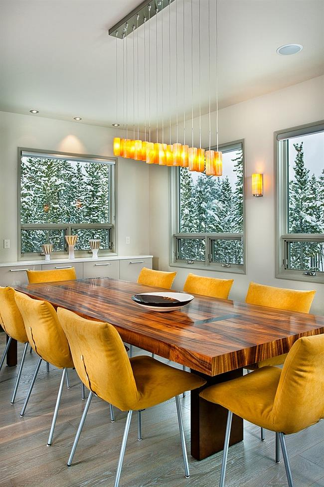 Яркие дизайнерские светильники и мягкие стулья желтого цвета.