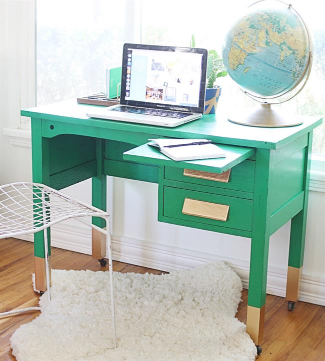 Стильный рабочий стол с позолотой в домашнем кабинете.