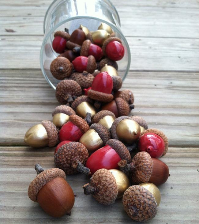 Красные, коричневые и золотые желуди для украшения интерьера.