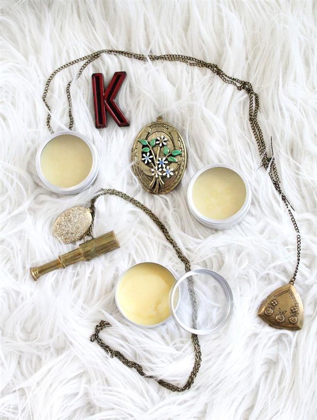 Оригинальные твердые духи в винтажных медальонах.