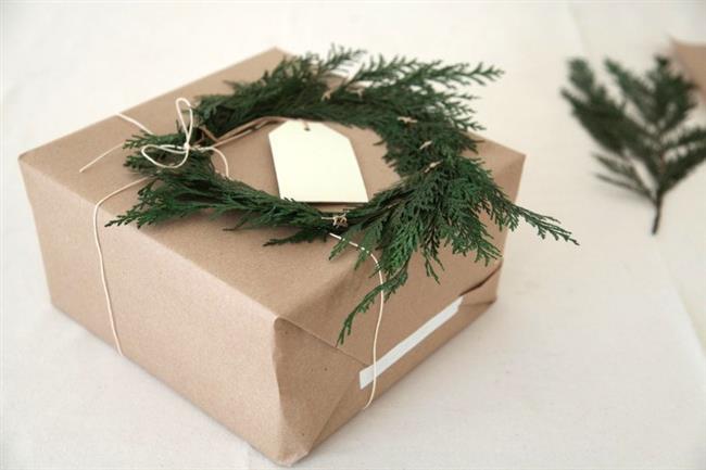 Украшение подарков кедровыми ветвями.