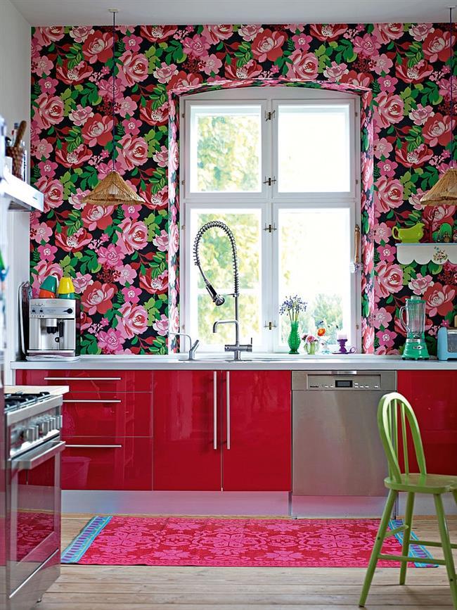 Узорчатые красочные обои на стенах яркой, динамичной кухни.