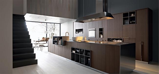 Стильная кухонная мебель из темного натурального дерева.