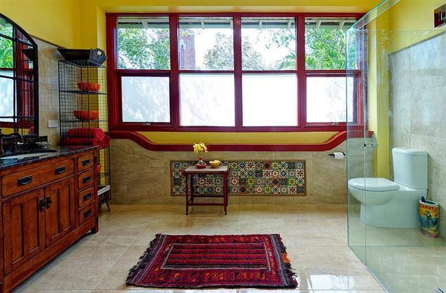Яркая ванная в средиземноморском стиле.
