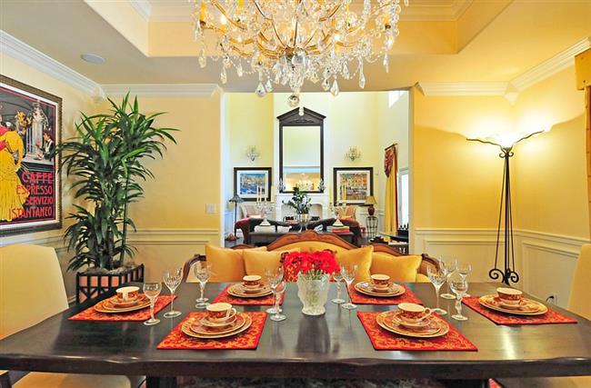 Желтая столовая в средиземноморском стиле.