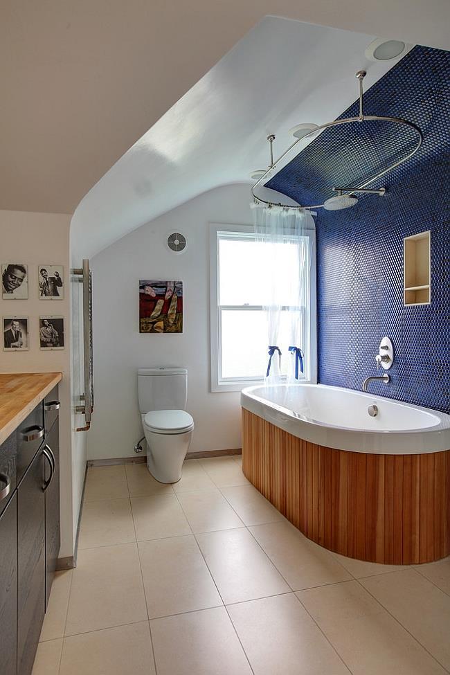 Синяя круглая мозаика для украшения стен ванной комнаты.
