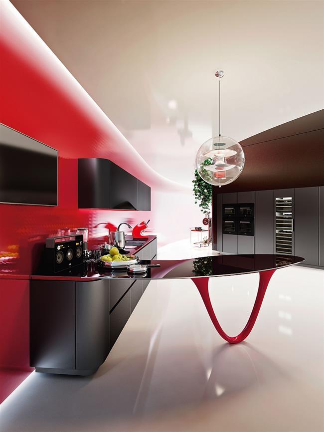 Стильная ярко-красная кухня с черными рабочими столами.
