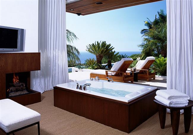 Роскошная ванная с видом на океан.